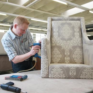 Polstermöbel wieder zusammenbauen und die Seitenteile zuspannen